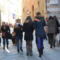 Giovani ragazze della Contrada della Lupa con i fazzoletti che ne riportano i colori tradizionali.