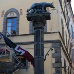 La colonna nella Contrada della Lupa ricorda che secondo la leggenda Siena fu fondata da Senio, figlio di Remo.