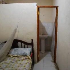 Il Fun Time Hotel, a Juba (Sudan del Sud), è tra i pochi ad avere camere per meno di 50 dollari, ma sembra anche sopravvissuto a un bombardamento.