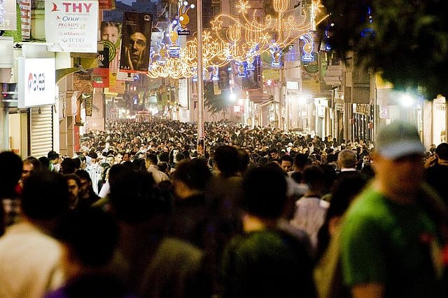 Istiklal, la trafficatissima via commerciale nel cuore di Istanbul (foto di Kaan Kiran)