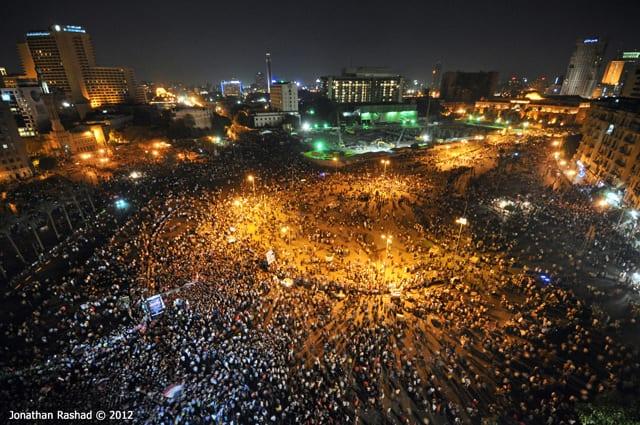Migliaia di manifestanti riunitit in Piazza Tahrir (foto di Jonathan Rashad)