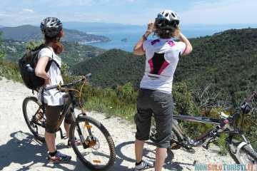In mountain bike verso Finale Ligure