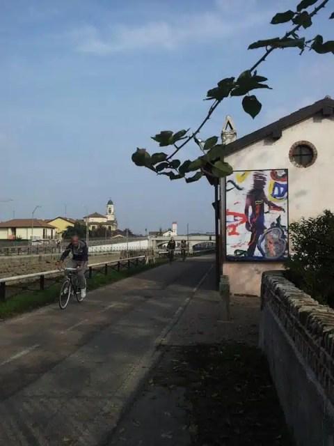 In bici sul Naviglio Grande - Milano, Italia