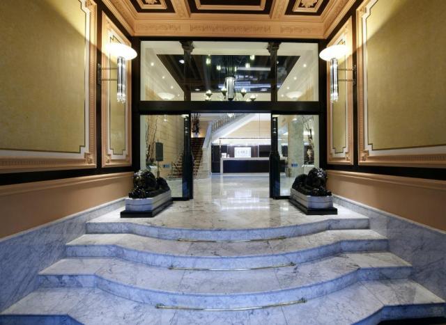 Il sontuoso ingresso dell'Hotel St. Moritz