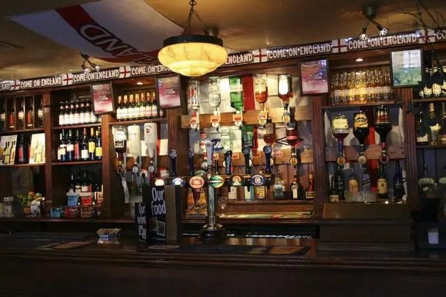 Vivere il calcio in Europa - pub londinese