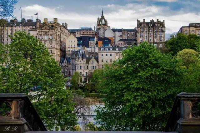 La Old Town dai Princes Street Gardens - Edimburgo, Scozia