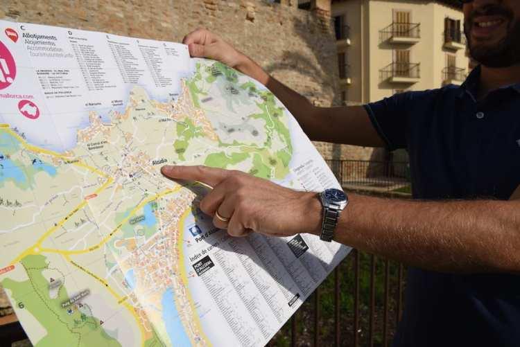 Passeggiando per il centro di Alcúdia con la cartina in mano