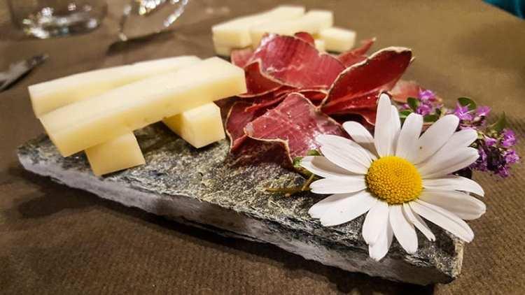 Slinzega della Valchiavenna e formaggi della Casera di Motta Alta
