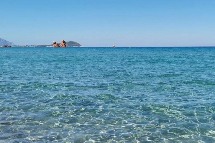 Le acque della Spiaggia di Cea e sullo sfondo i suoi faraglioni rossi