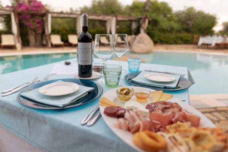 Aperitivo a bordo piscina presso il Galanias Hotel & Retreat