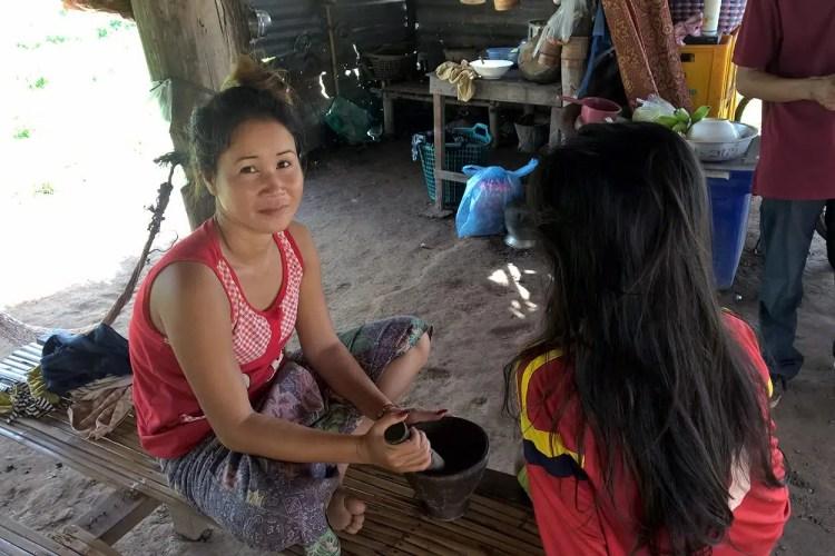 donne alle cascate del Mekong.