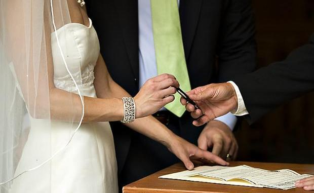 Η Κύπρος δημοφιλής προορισμός για πολιτικούς γάμους, λέει το BBC