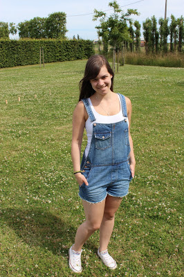 by Clothes & Dreams. Kubbing: Pull&Bear dungarees, H&M top, Converse All Stars sneakers
