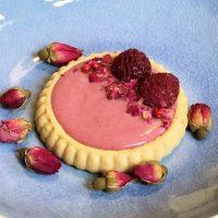Frambozentaartjes met rozenwater en roze peper