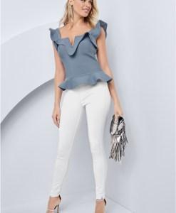 Produktbild: Model trägt Top in blau, von vorne, Ganzkörperaufnahme.