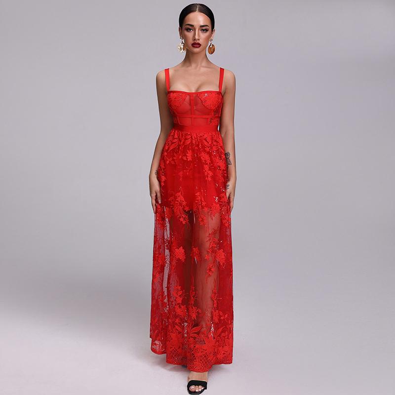 Model trägt Kleid rot bodenlang, von vorne