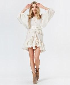 Model trägt Rüschenkleid elfenbein weiss