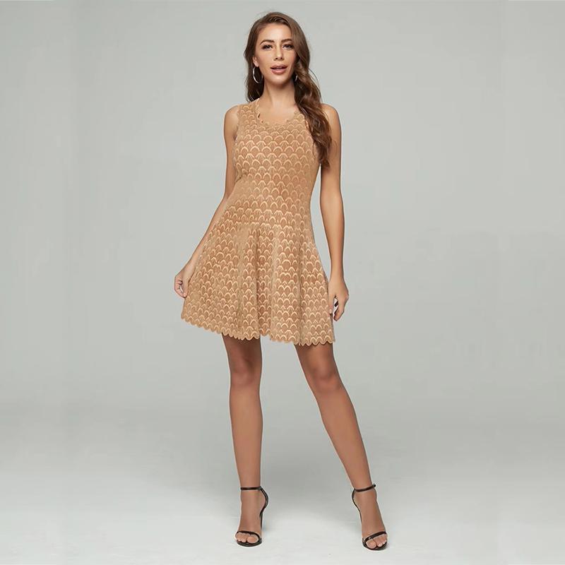 Modelbild Kleid Wellensaum beige Ganzkörperaufnahme
