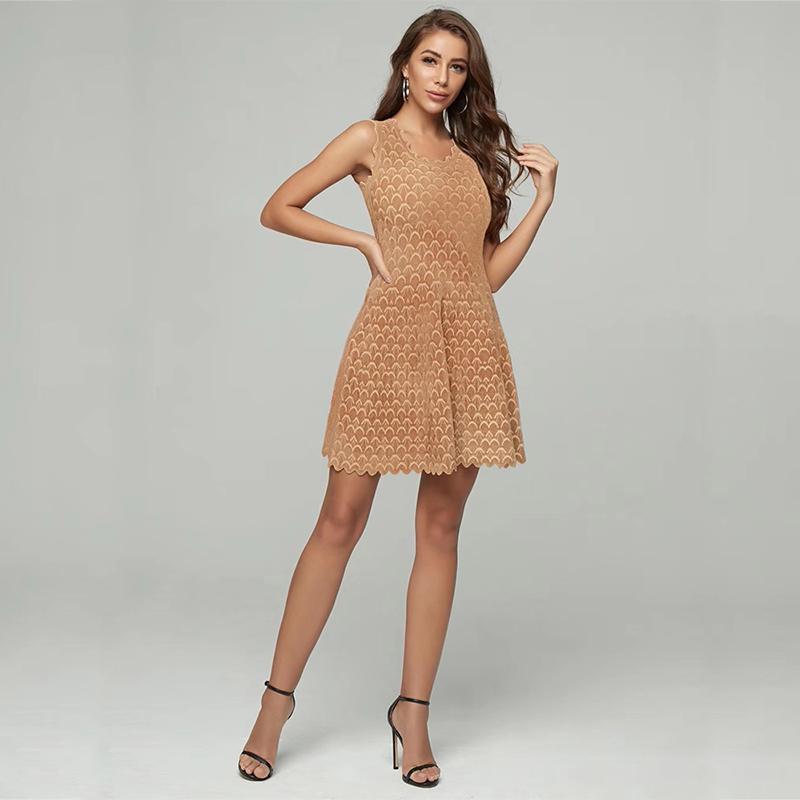 Modelbild Kleid Wellensaum beige frontal