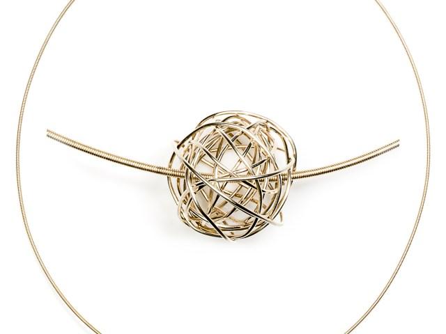 Zilveren draadcollier met zilveren bolletje 'wol' hanger