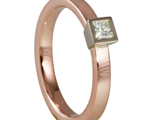 14 krt Roodgouden ring gezet met een 0.15 ct TW VVS princess geslepen diamant