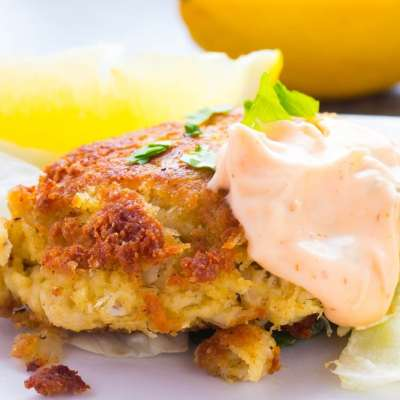 Maryland Lump Crab Cakes with Spicy Tarter Sauce