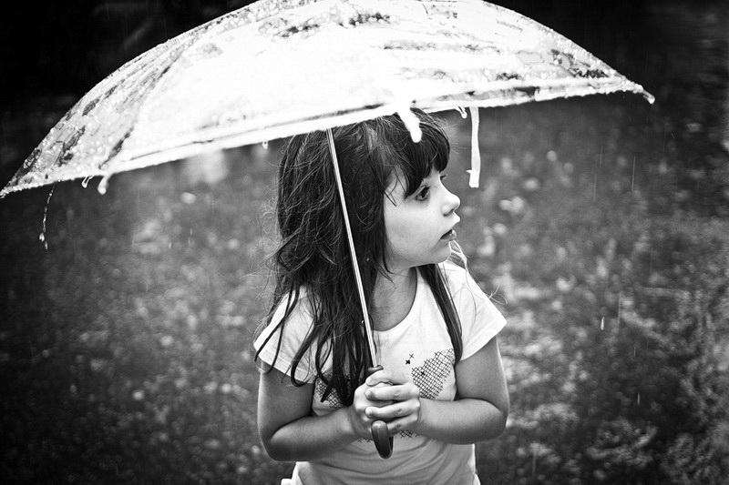 copil-in-ploaie