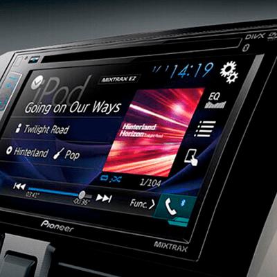 """Sistema de Audio   Con pantalla táctil de 6.2"""", reproductor de DVD/CD, USB, Bluetooth, compatible con Spotify (Iphone vía USB y Android vía Bluetooth)."""
