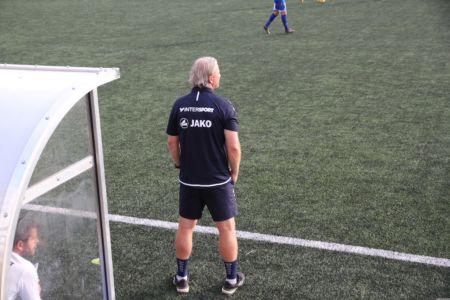 Trainer Markus Schopp steht vor der Trainerbank