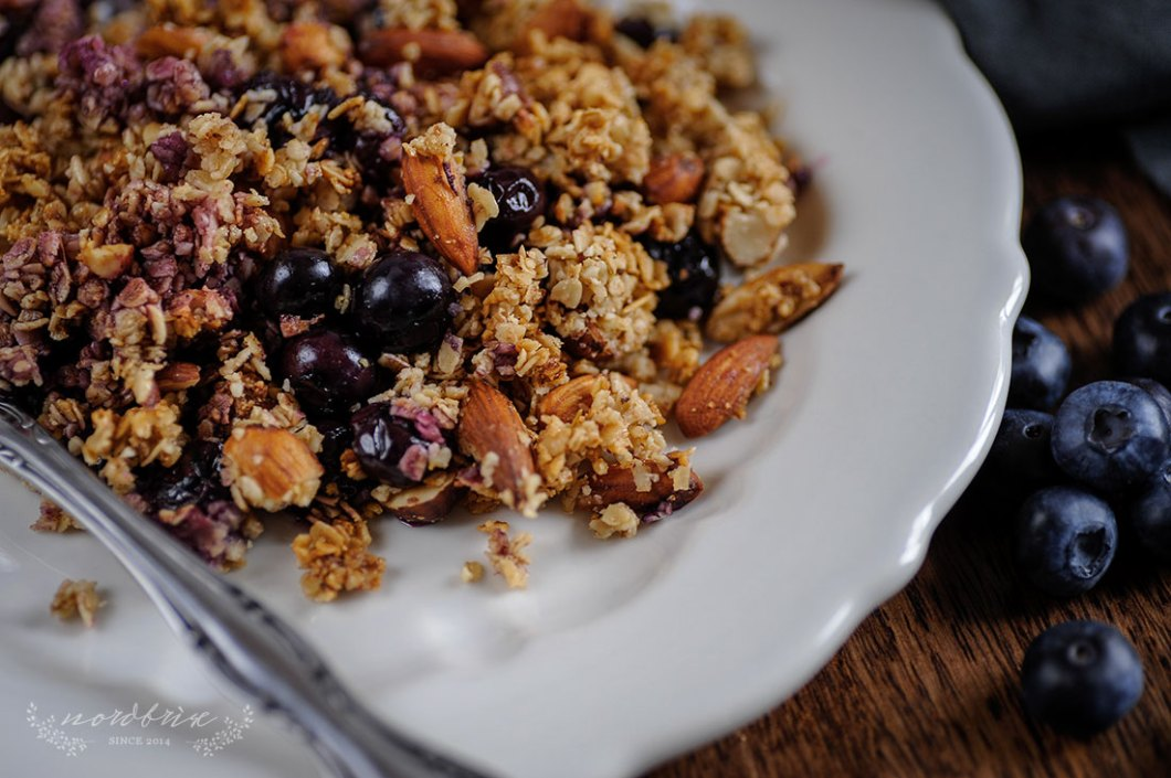 Blueberry Crumble with Almonds and Hazelnuts by Eve | nordbrise
