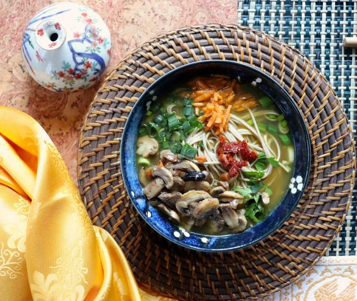 Shinshi-soba-al-curry-verde-e-aglio-nero