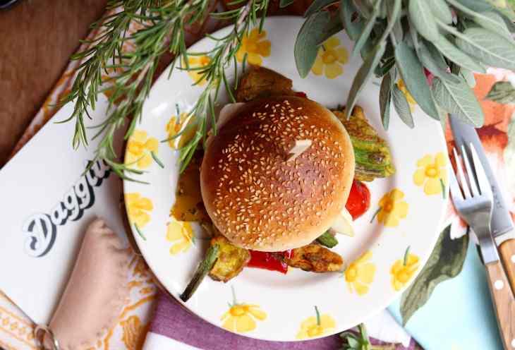 hamburger con pate di lampascioni e fiori di zucca fritti