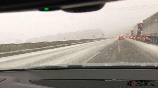 wintereinbruchautobahn-schnee-schlechte-fahrbahn-winterreifen
