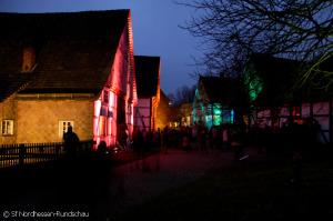 Beleuchtete Gebäude im Paderborner Dorf