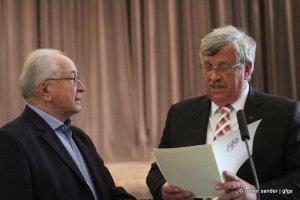Das Bundesverdienstkreuz für Walter Reuter (links) aus der Hand von Regierungspräsident Doktor Walter Lübcke (Foto: Rainer Sander)