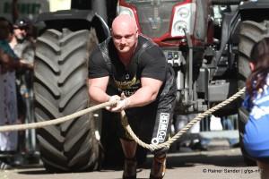 Die Königsdisziplin: 10 Tonnen Traktor werden gezogen (Foto: Rainer Sander)