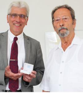 Oberbürgermeister Bertram Hilgen überreichte die Ehrennadel der Stadt Kassel an Paul Schmaling (rechts)