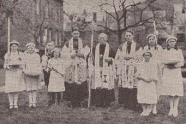 Der Jubilar Propst Hagemann im Kreise der Primizianten Henneken und Schlüter während der Feierlichkeiten im Jahr 1936. (Das Bild ist einem Erinnerungskärtchen entnommen.)