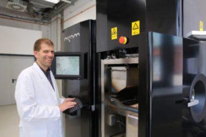 Prof. Dr.-Ing Thomas Niendorf bereitet am 3D-Drucker für Metalle den nächsten Druckvorgang vor. Gemeinsam mit seinem Team arbeitet er daran, den Prozess des Druckens zu optimieren, um möglichst fehlerfrei zu bauen.