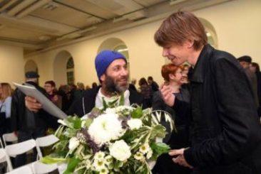 Preisträger Hiwa K. und Adam Szymczyk, künstlerischer Leiter der documenta 14 (Foto: Stadt Kassel, Uwe Zucchi)
