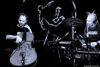"Foto v. l.: Patrick ""Rizio"" Cybinski (Cello), Jean ""Scheng"" Jacobi (Schlagzeug)"