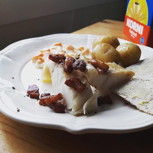 Boknafisk med gulrotstuing, bacon og flatbrød