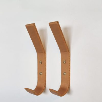Flotte læderknager i natur med synlige synninger og messingskruer
