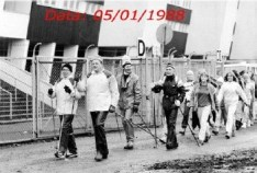 Groupe de marche nordique dans un stade en Finlande, en janvier 1988 (photo en noir et blanc).