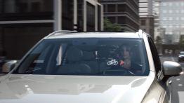 Fahrradhelm und Fahrzeug miteinander vernetzt Volvo und POC präsentieren. Bild: Volvo Cars.