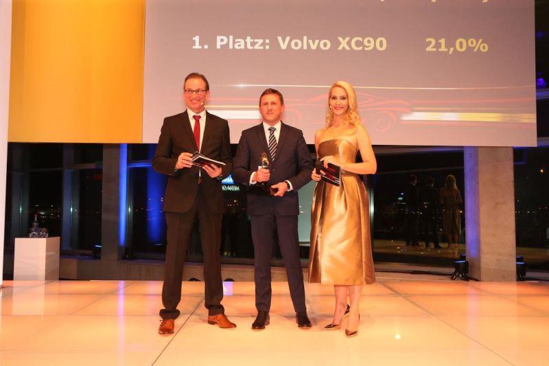 """Thomas Bauch nimmt die Auszeichnung """"Auto Trophy"""" entgegen"""