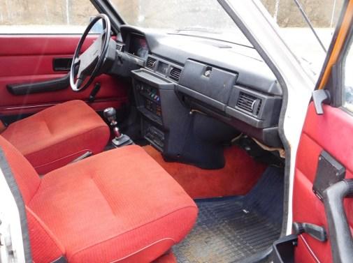 Die 70er Jahre mit roter Textil-Ausstattung. Foto: Bil Web Auctions