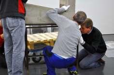 Die Betonskulptur von Joachim Manz ist kein Leichtgewicht.