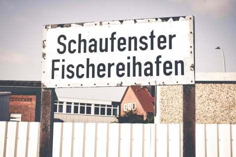 Das alte Schild erinnert an vergangene Zeiten.