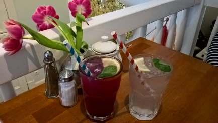 Hausgemachte Limonaden: Himbeer-Rose und Zitrone-Lavendel